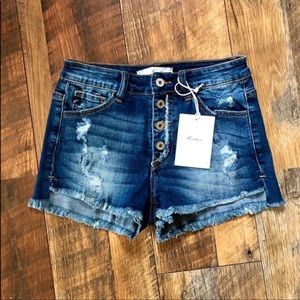 NWT KanCan Button-Fly frayed hem shorts. ❤️❤️